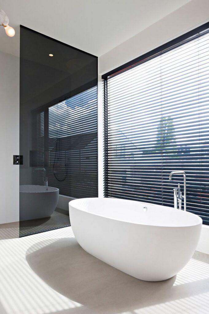 Bañera en baño minimalista