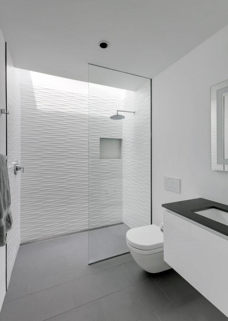 baño minimalista con ducha de obra en blanco