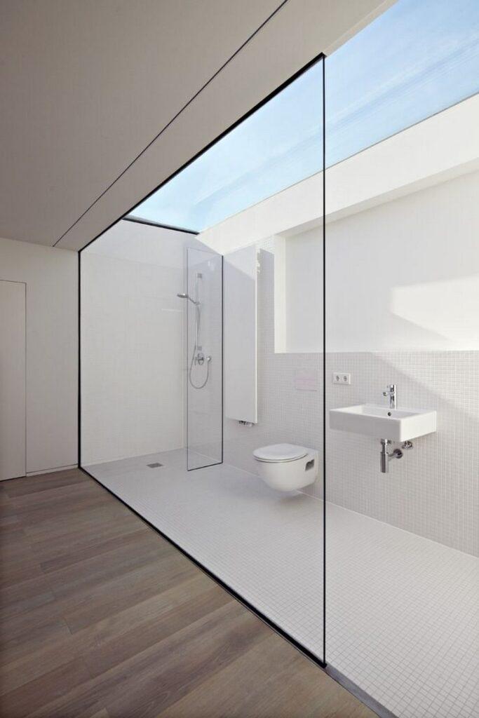 baño minimalista con tejado acristalado