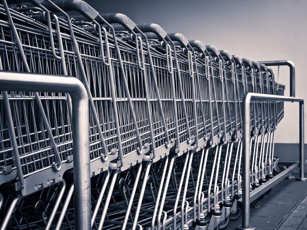 carritos de la compra aparcados