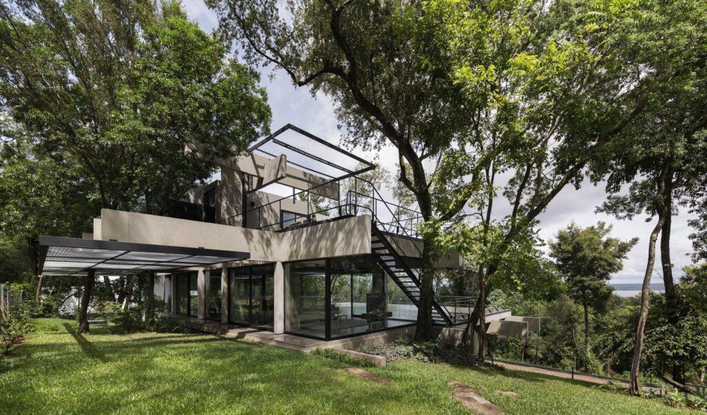 casa minimalista 2020 con toque minimalista mimetizada con el entorno