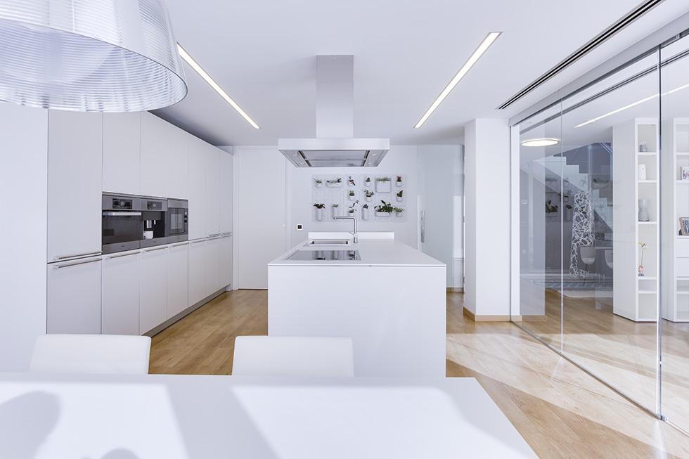 cocina minimalista en blanco estilo modernista