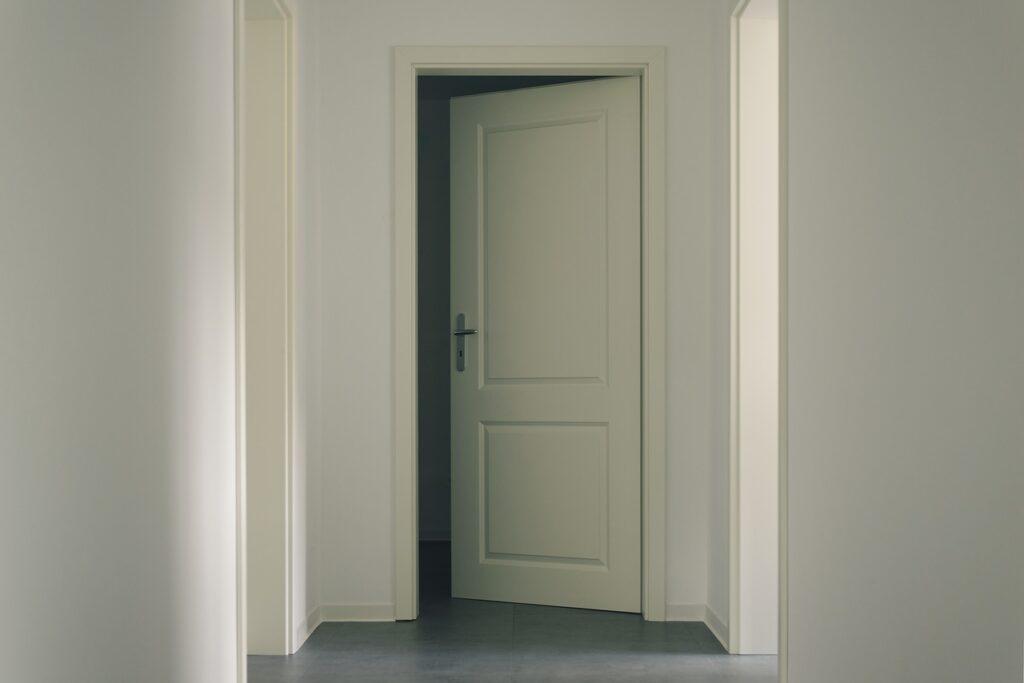 Detalle puerta en decoración minimalista
