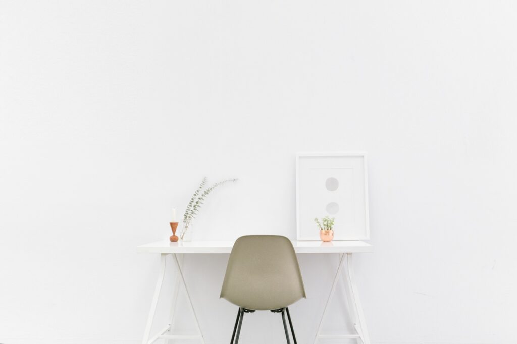 escritorio minimalista con toques decorativos