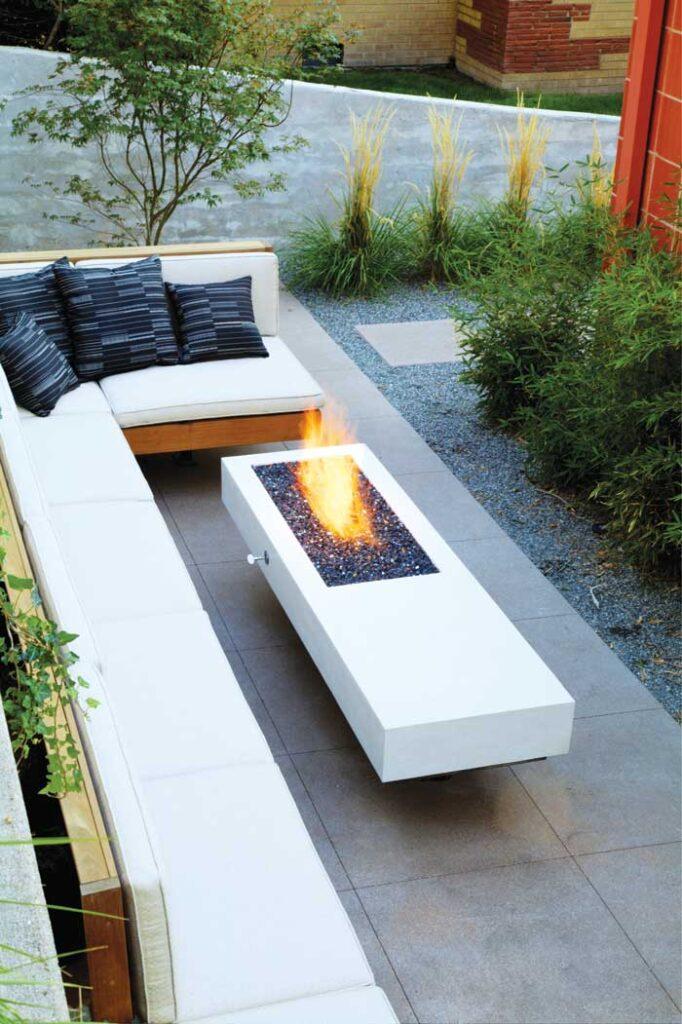 terraza con chimenea al aire libre