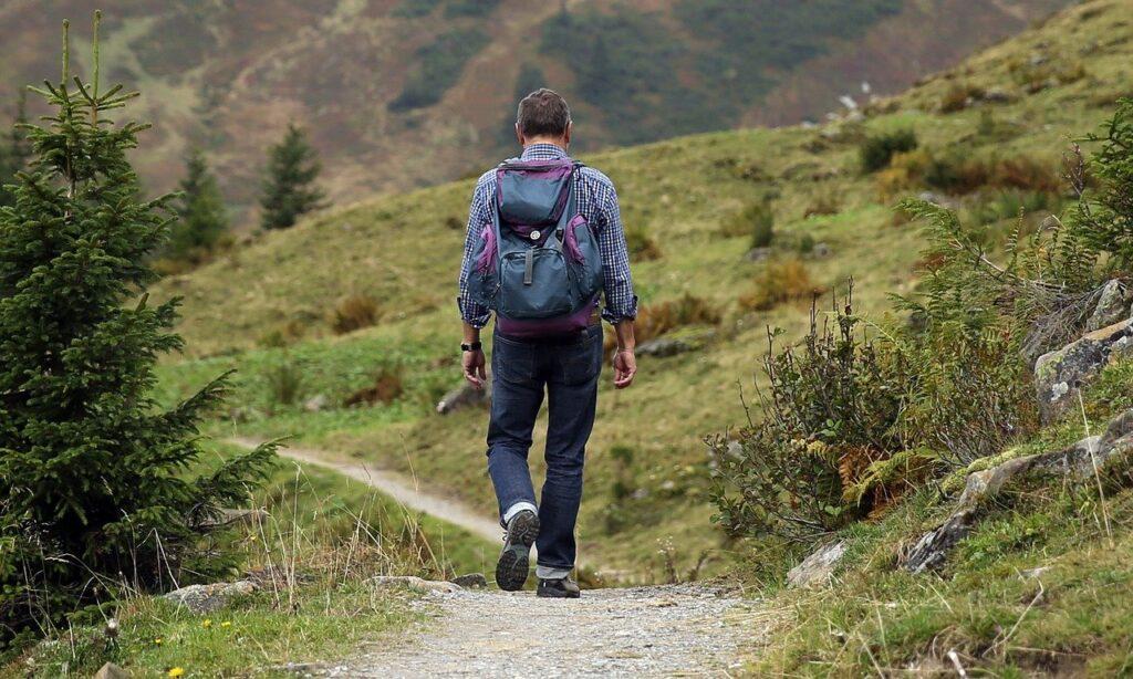 montañista con zapatillas minimalistas trail running. guía a la vida minimalista