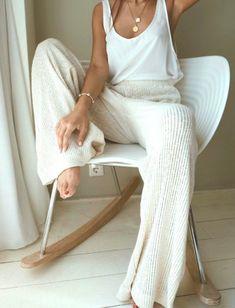 conjunto minimalista blanco y marfil.