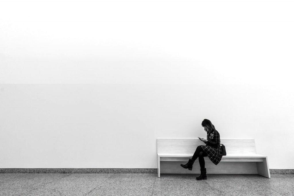 mujer sentada en entorno con estilo minimalista